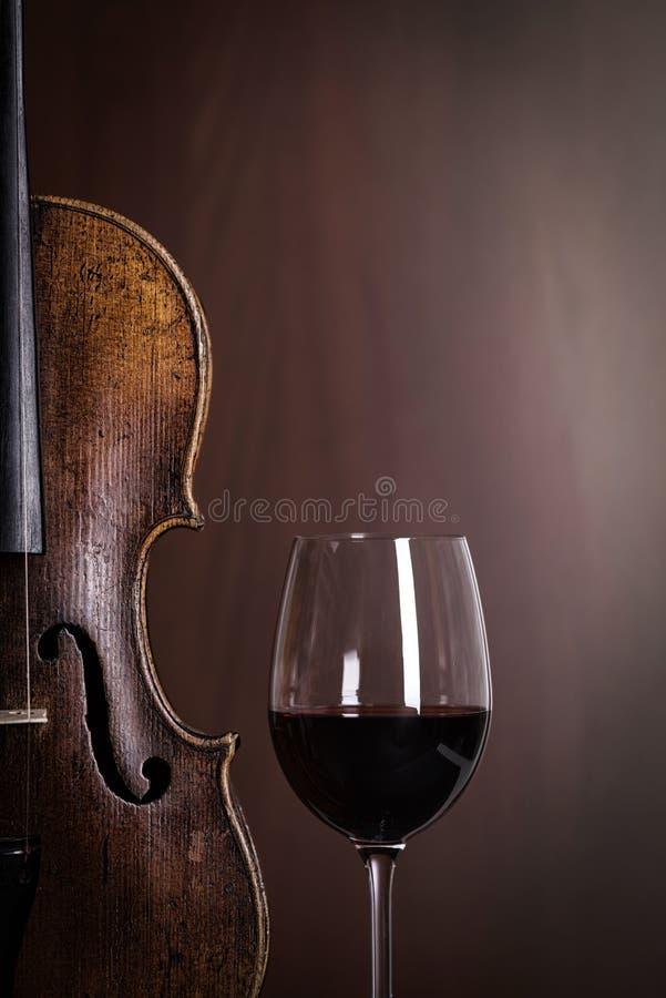 小提琴与杯的腰部细节酒 免版税库存照片