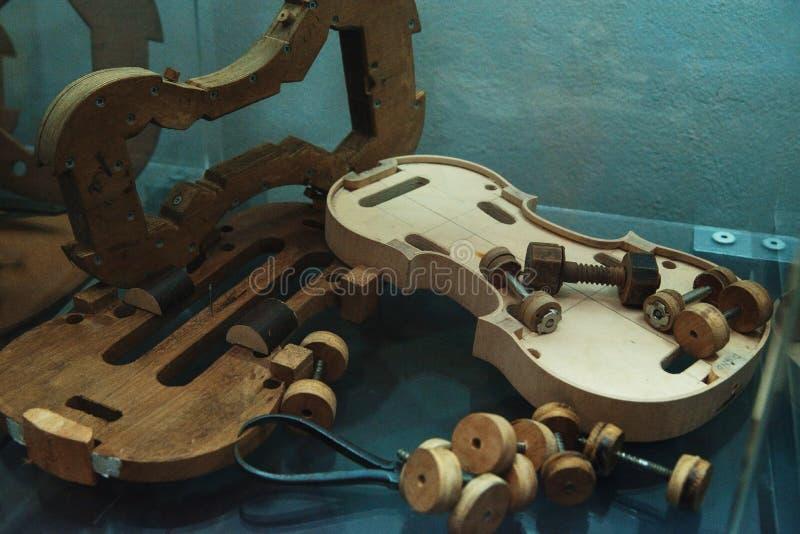 小提琴做-小提琴制造商工厂 免版税库存照片