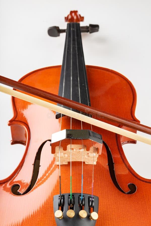 小提琴和弓在轻的背景 一个新的被串起的乐器 库存照片
