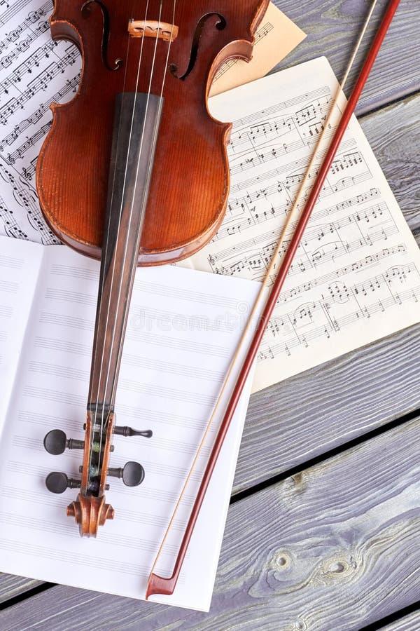 小提琴和音符,顶视图 免版税库存图片