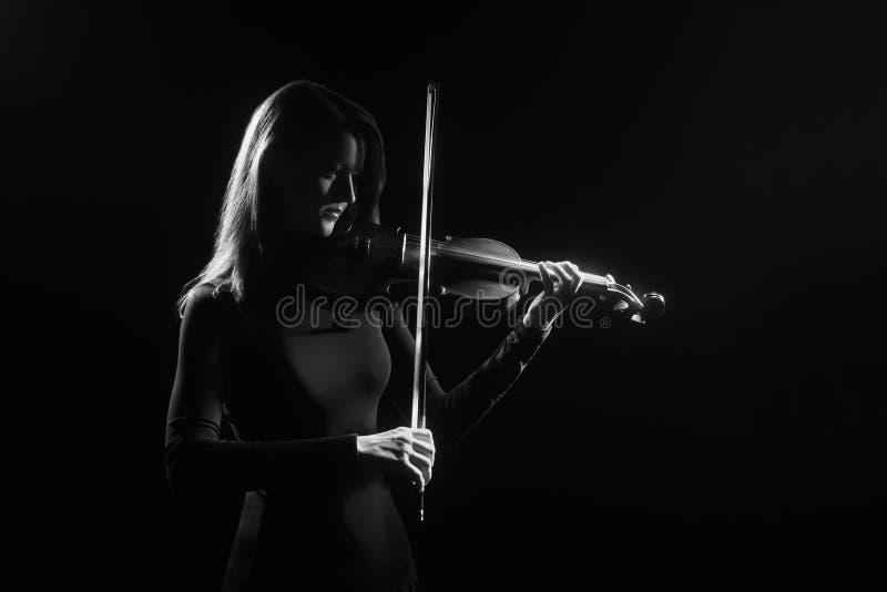 小提琴球员在黑色隔绝的小提琴手使用 免版税库存图片