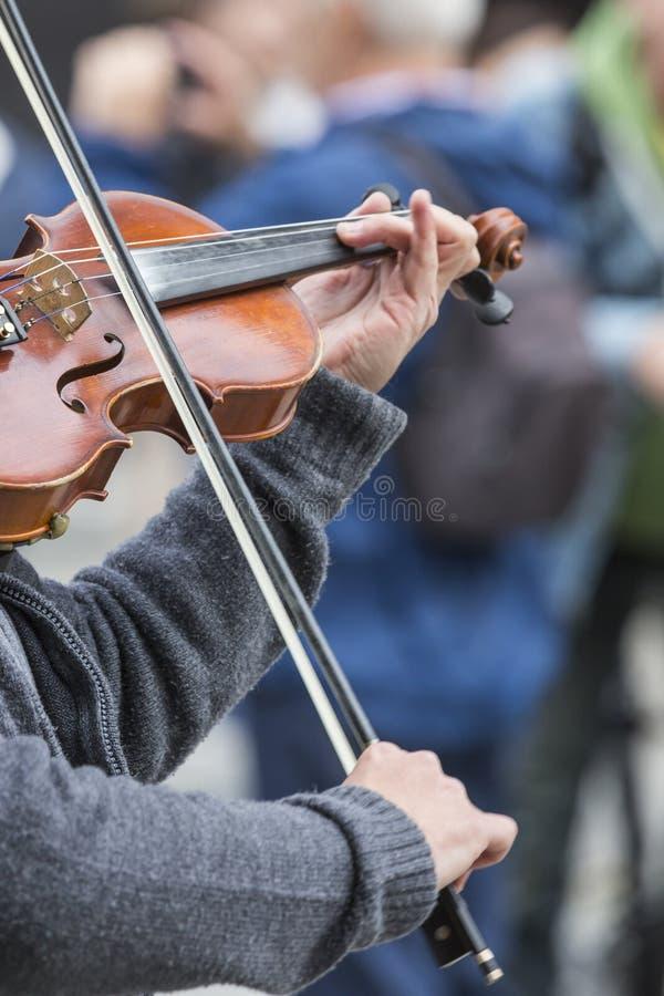小提琴接近用手 图库摄影