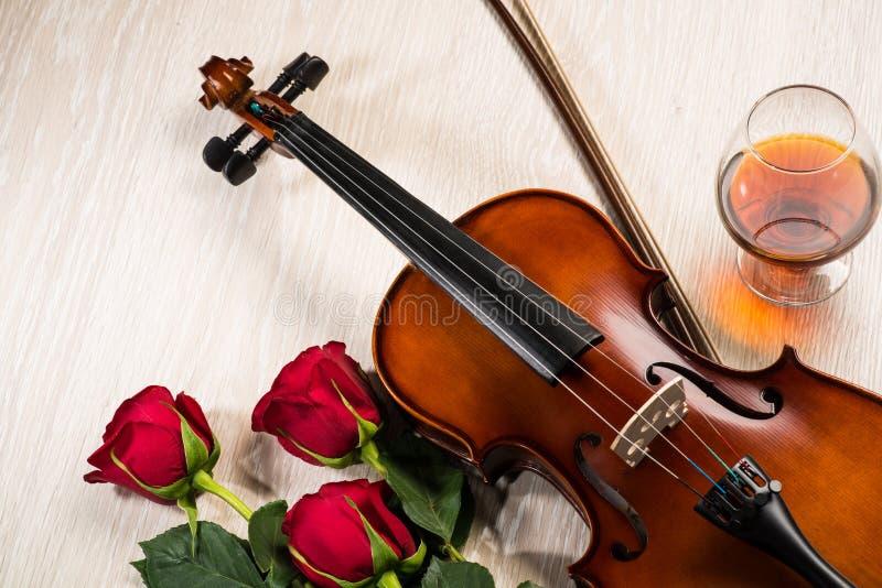 小提琴,上升了,杯香槟和乐谱 免版税库存图片