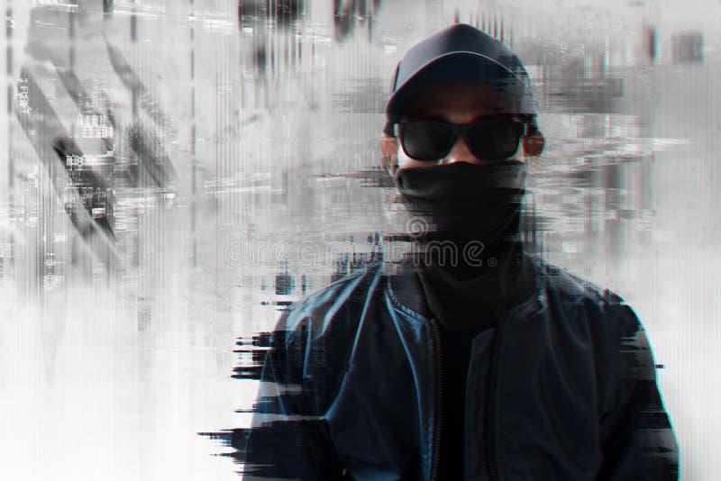 小故障背景的匿名黑客 免版税库存照片
