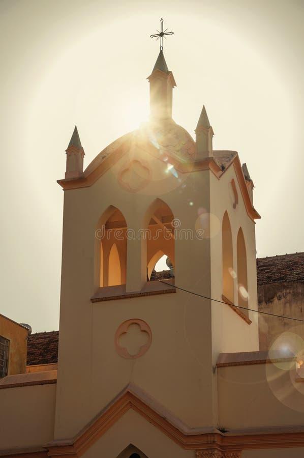 小教会和钟楼门面与后边阳光在日落在São曼纽尔 免版税库存图片