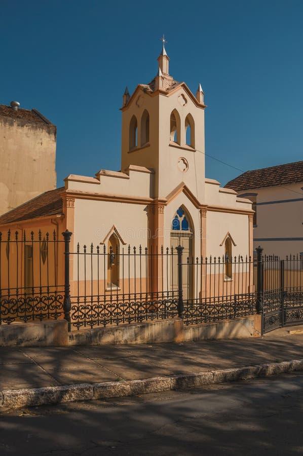 小教会和钟楼门面在铁篱芭后,在一个晴天在São曼纽尔 库存图片