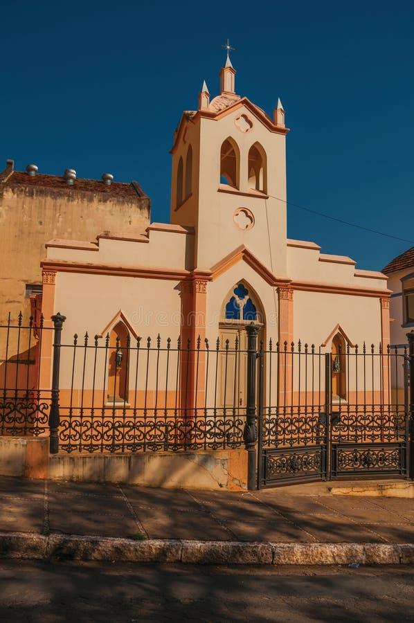 小教会和钟楼门面在铁篱芭后,在一个晴天在São曼纽尔 免版税库存照片