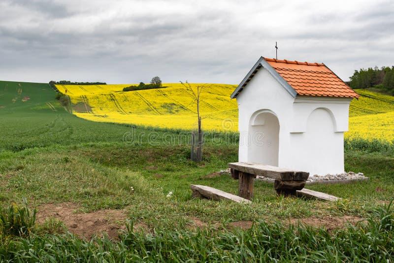 小教堂在乡下 所有路人的镇静和平安的地方 库存图片