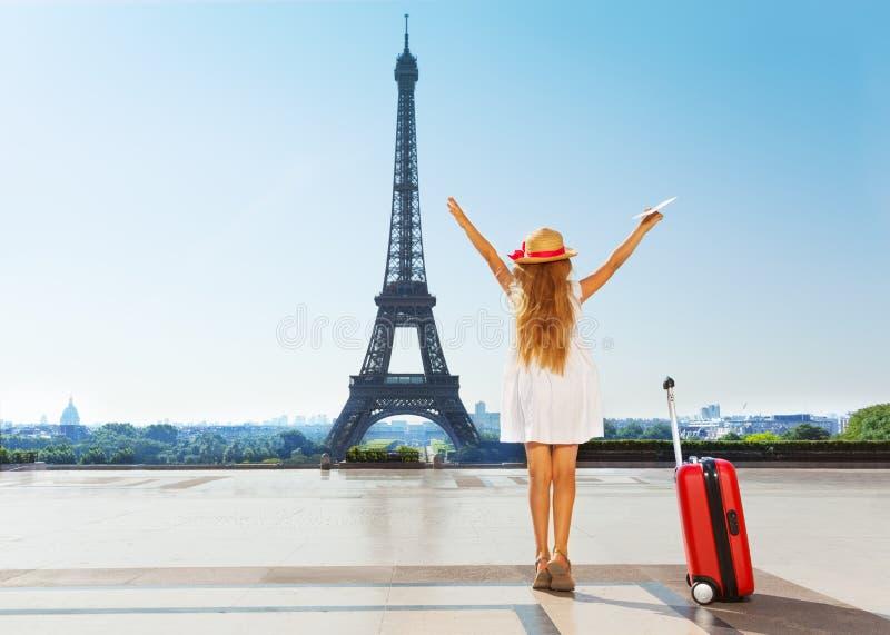小旅客在暑假时在巴黎 图库摄影