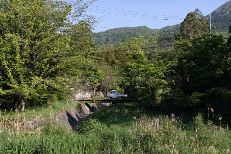 小日本卡车风景视图横跨桥梁的在森林里 免版税图库摄影