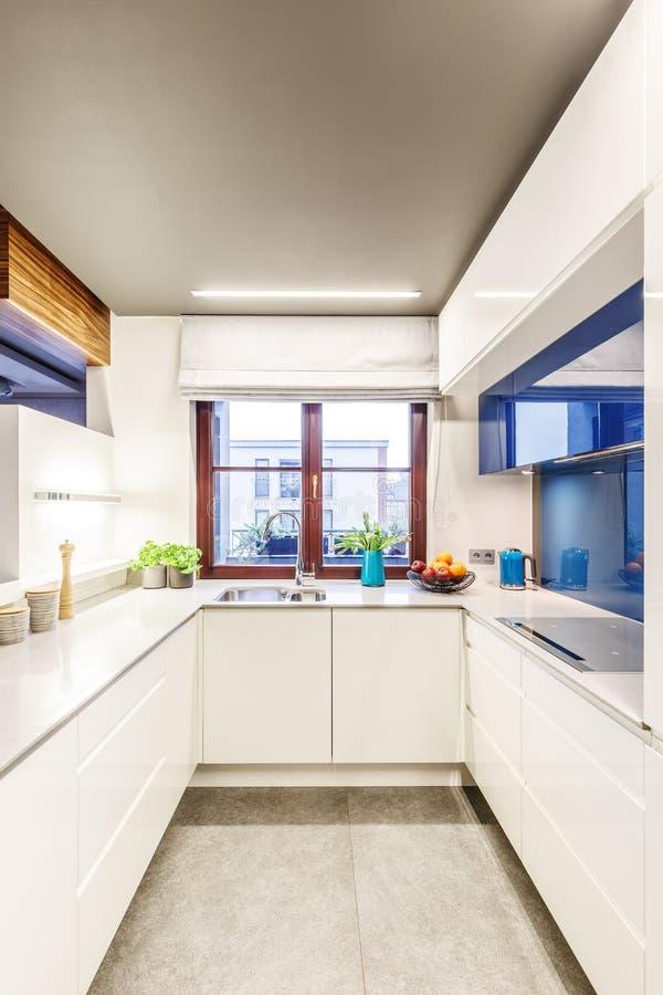 小明亮的白色厨房 免版税图库摄影