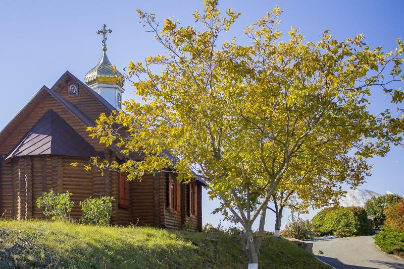 小木农村教会在秋天 没有人民 图库摄影