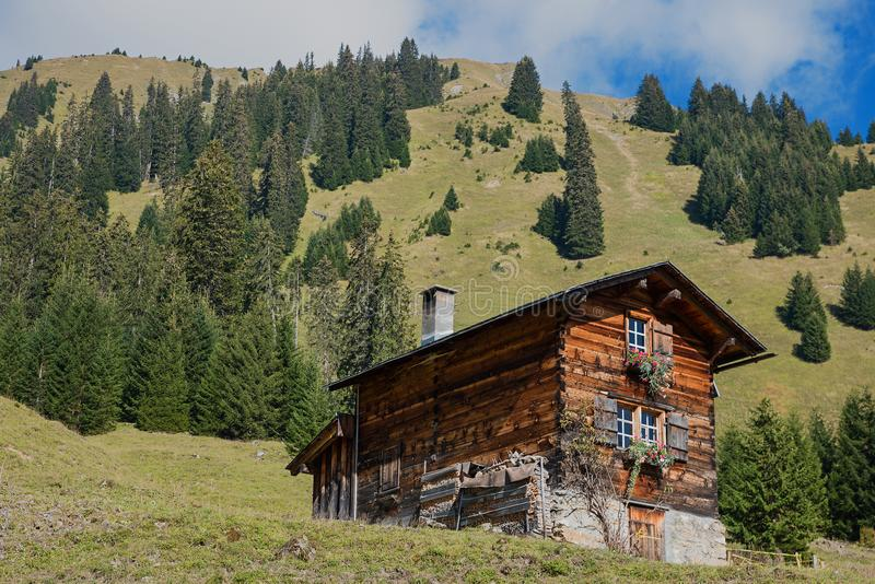 小木客舱在瑞士阿尔卑斯 免版税图库摄影