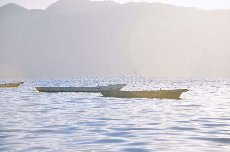小木小船在泸沽湖,中国 免版税库存图片