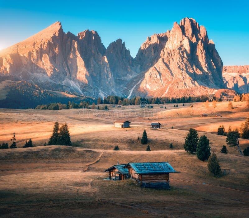 小木房子在日落的美丽的山谷 库存照片