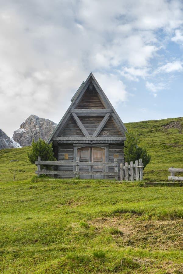小木教堂在日出的, Giau通行证, Dolomi草甸 库存照片