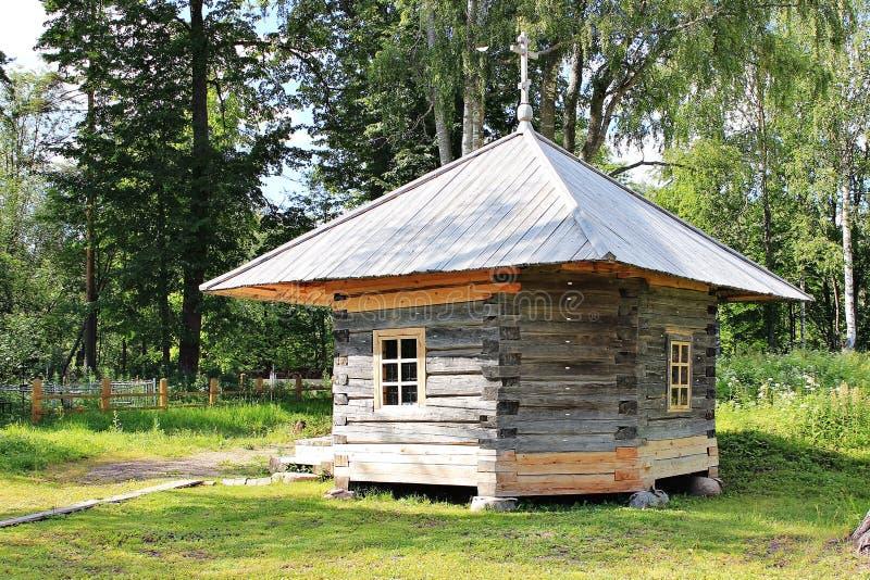 小木教堂在森林里 免版税库存图片