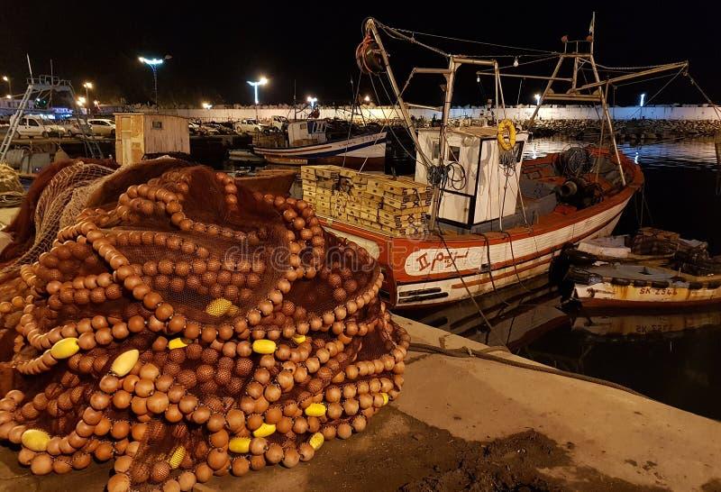 小机器人站在渔港,渔网在码头干涸 斯基克达 阿尔及利亚 2018年4月27日 免版税库存图片