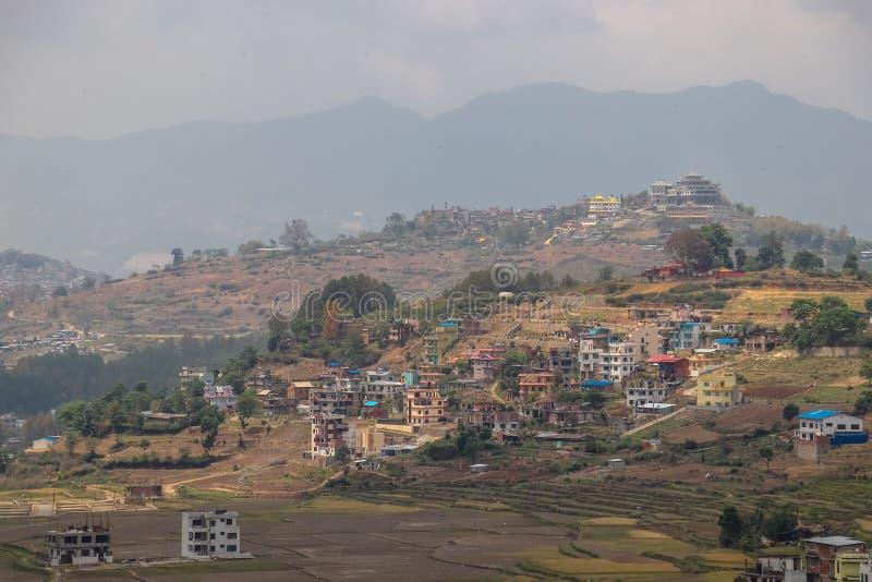 小村庄在小山定居在尼泊尔 免版税库存照片