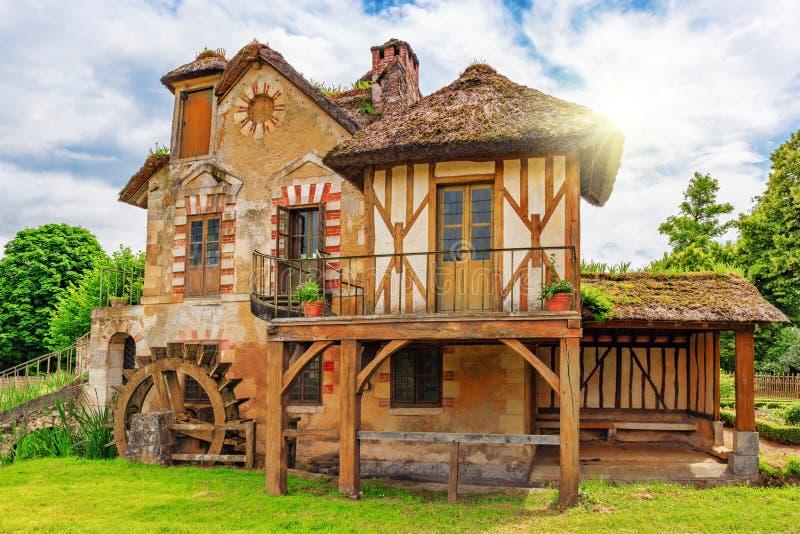 小村庄在Versail附近的女王玛丽・安托瓦内特的庄园风景  库存照片