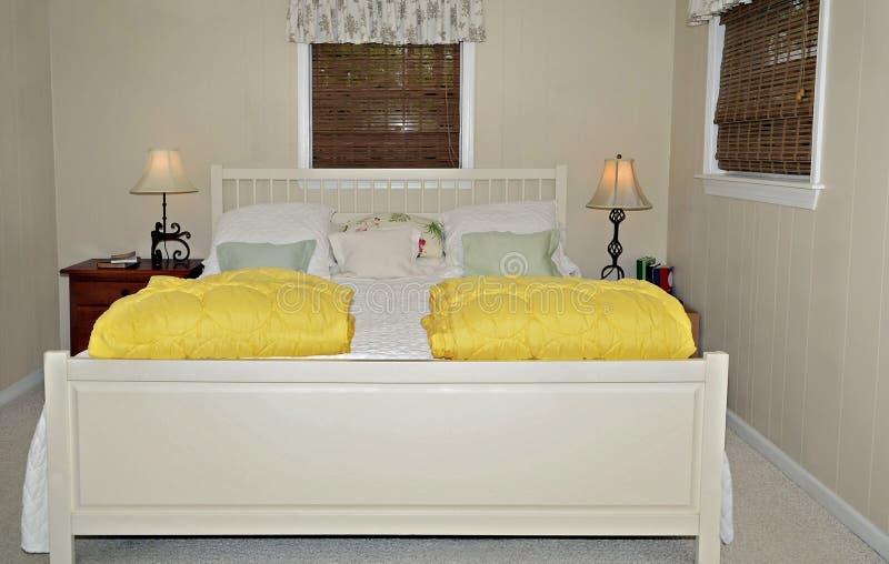 小村庄样式卧室 库存照片