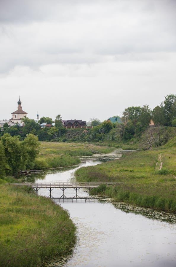小村庄风景-在小河的一座桥梁 图库摄影