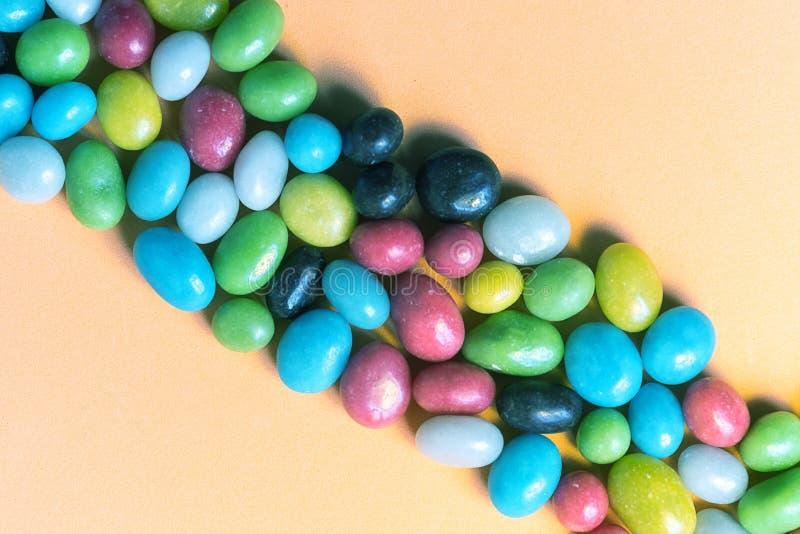 小条从一套多彩多姿的糖果小卵石收集 免版税库存照片