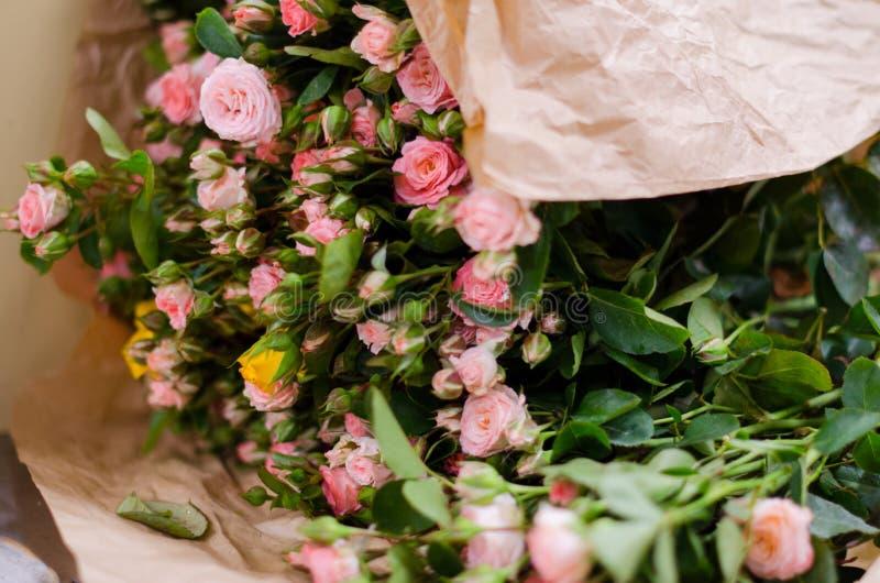 小桃红色玫瑰花束关闭 E 免版税库存图片