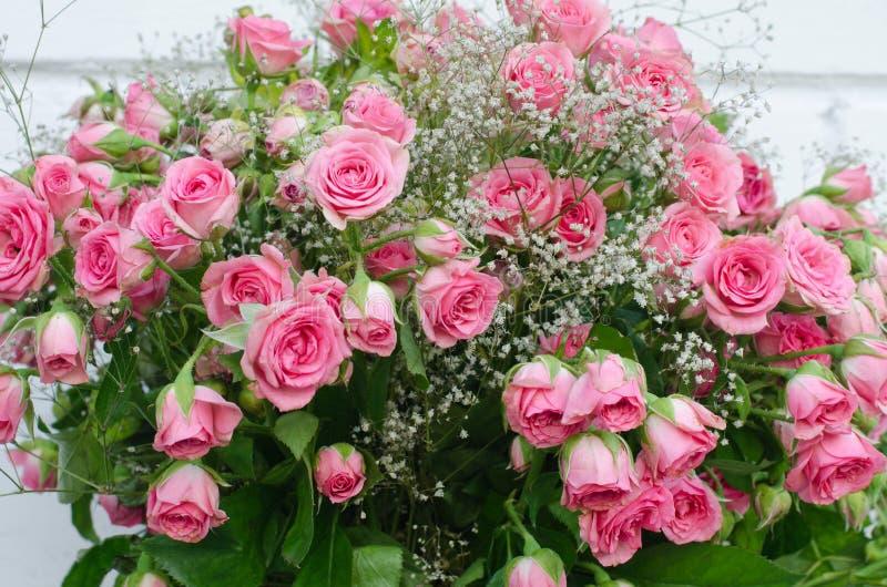 小桃红色玫瑰花束,特写镜头 免版税库存照片