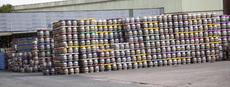 小桶在被库存的啤酒厂 免版税库存照片