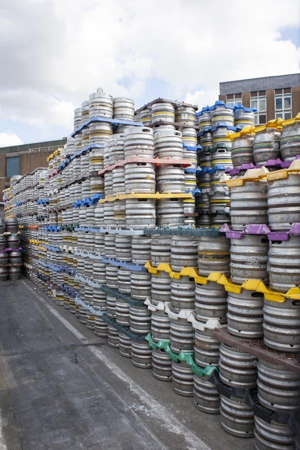小桶在被库存的啤酒厂 图库摄影