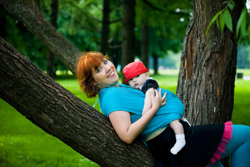 小母亲俏丽的儿子 免版税库存照片