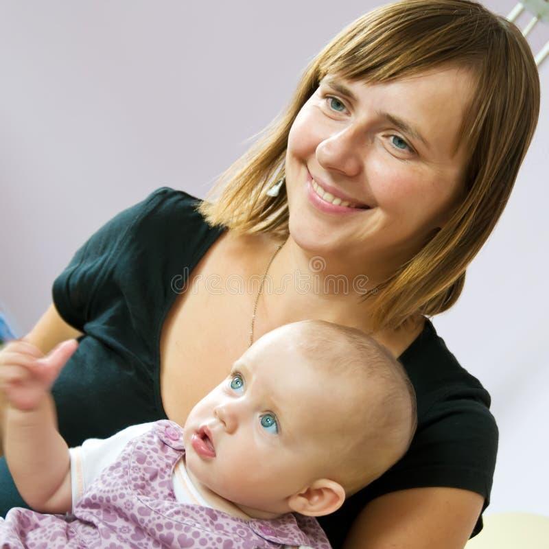 小母亲微笑的注意 免版税库存照片