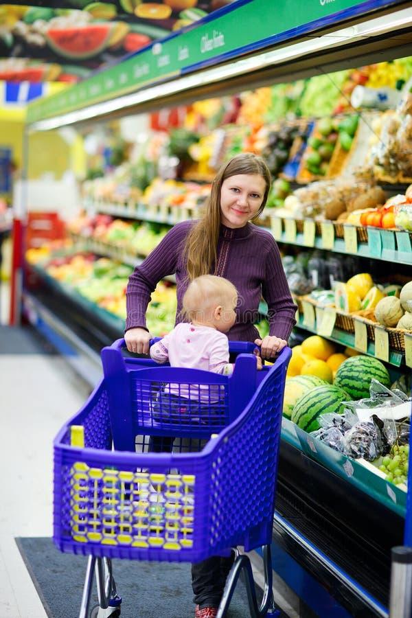 小母亲购物超级市场 库存照片