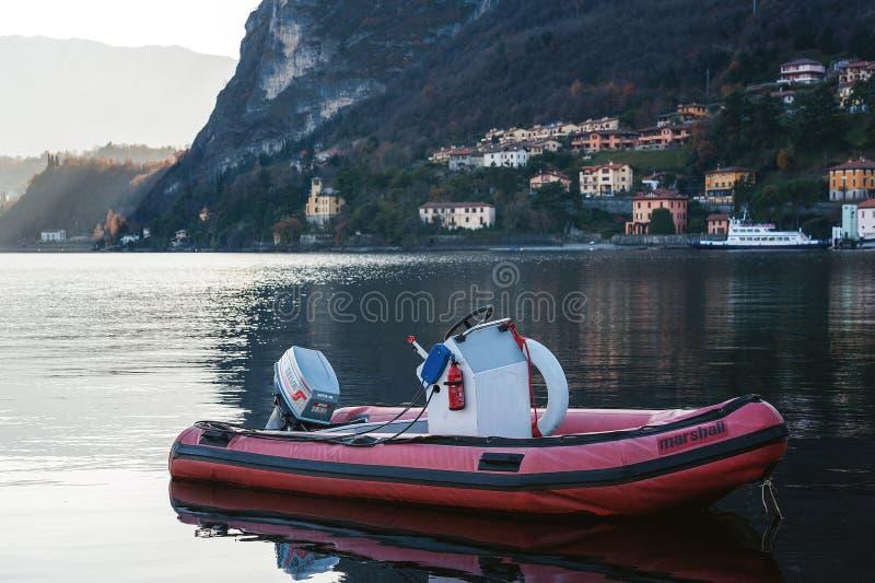 小汽船停留停泊了靠近镇在Como湖 免版税库存照片