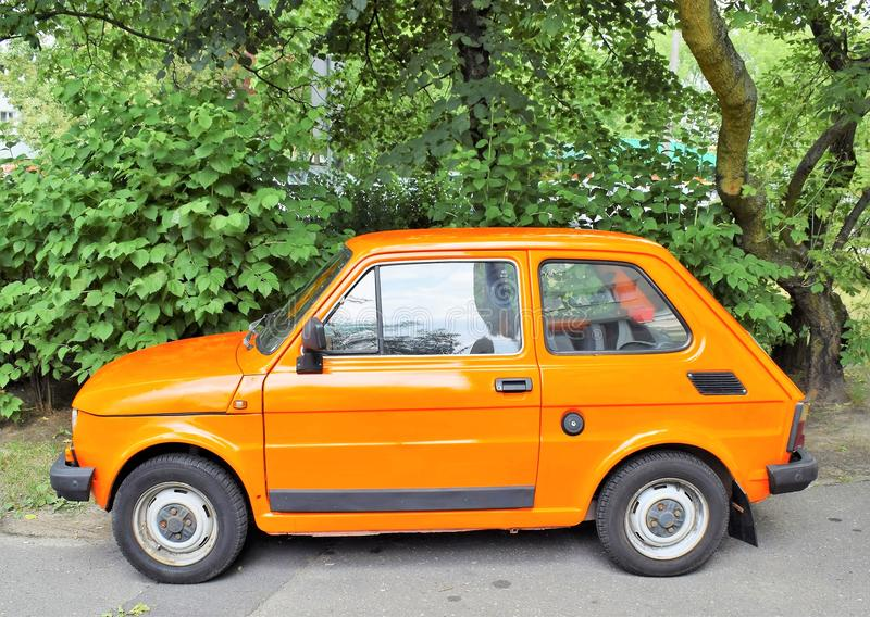 小汽车在停车场的菲亚特125p在波兹南波兰 免版税库存照片