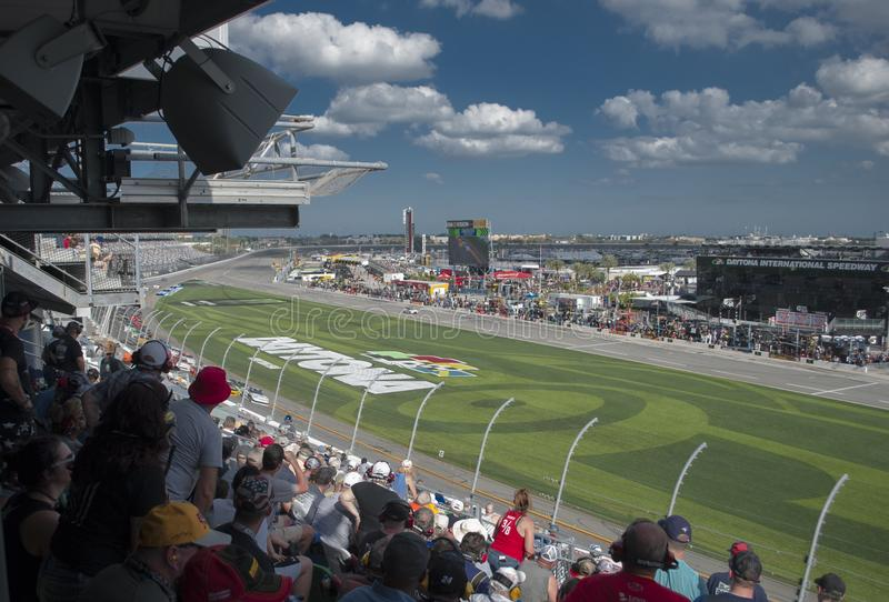 小汽车赛和爱好者 在国际赛车场的竞争 免版税库存图片