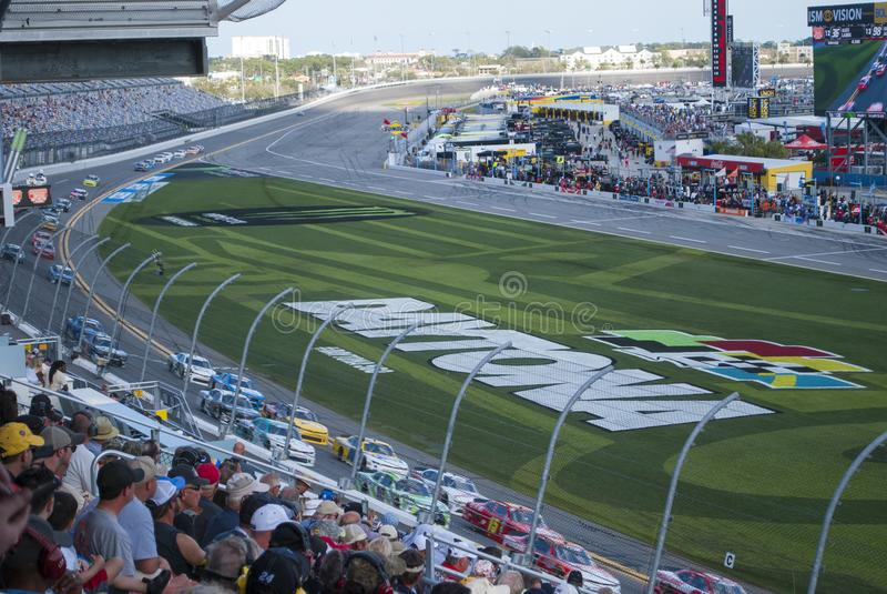 小汽车赛和爱好者 在国际赛车场的竞争 图库摄影