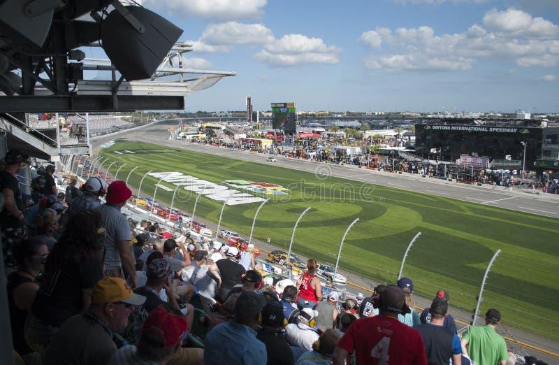 小汽车赛和爱好者 在Daytona国际性组织赛车场的竞争 库存照片