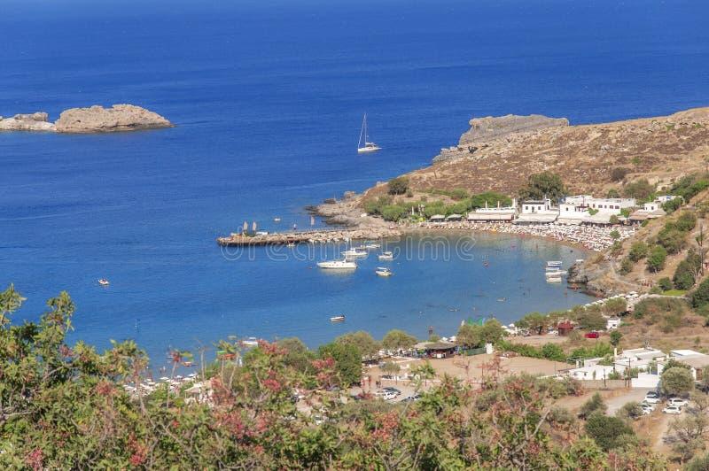 小沙滩全景在海岛的罗得岛Lindos镇 库存照片