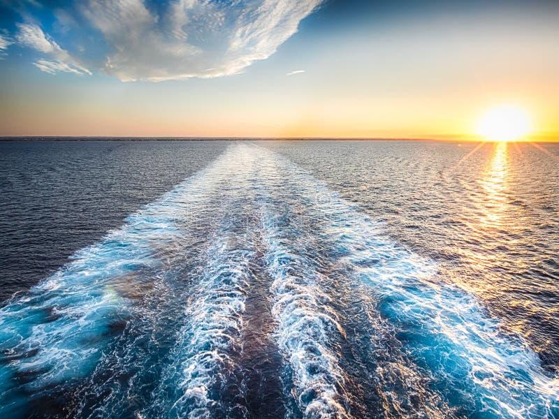 小河在日落期间的蓝色海洋 图库摄影