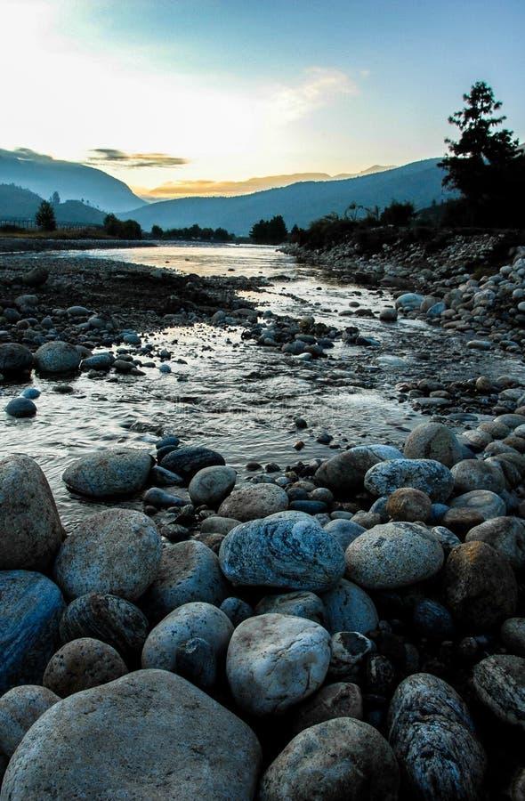 小河在廷布,不丹 库存图片