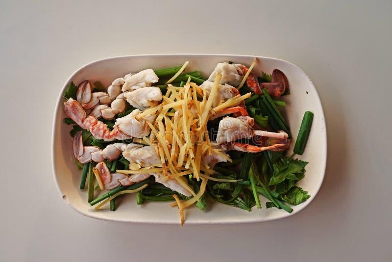 小河花螃蟹用草本和菜 免版税库存照片