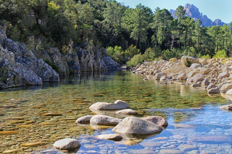 小河&岩石在Bavella 免版税库存图片