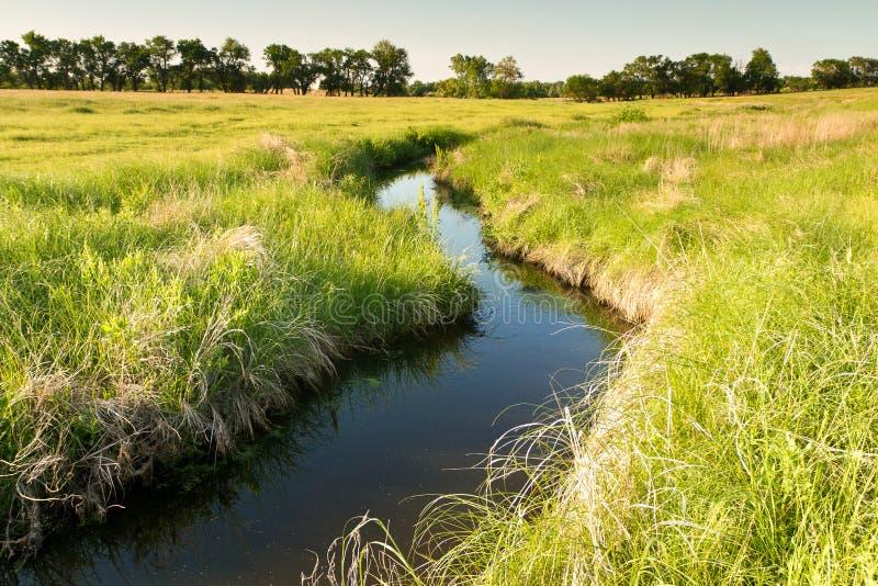 小河绕通过堪萨斯牧场地 图库摄影