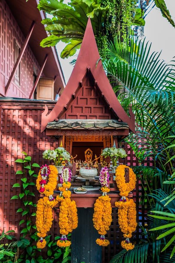 小法坛花奉献物吉姆汤普森房子曼谷泰国 免版税库存照片