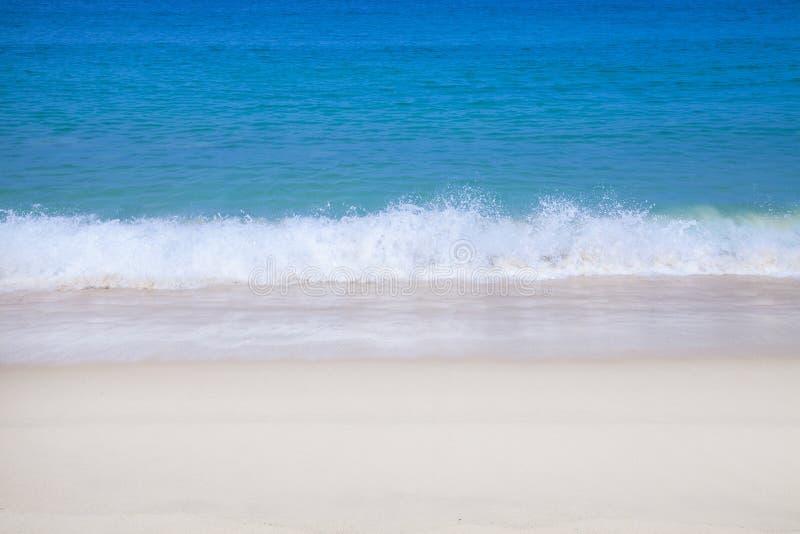 小波浪舔了海滩 库存照片