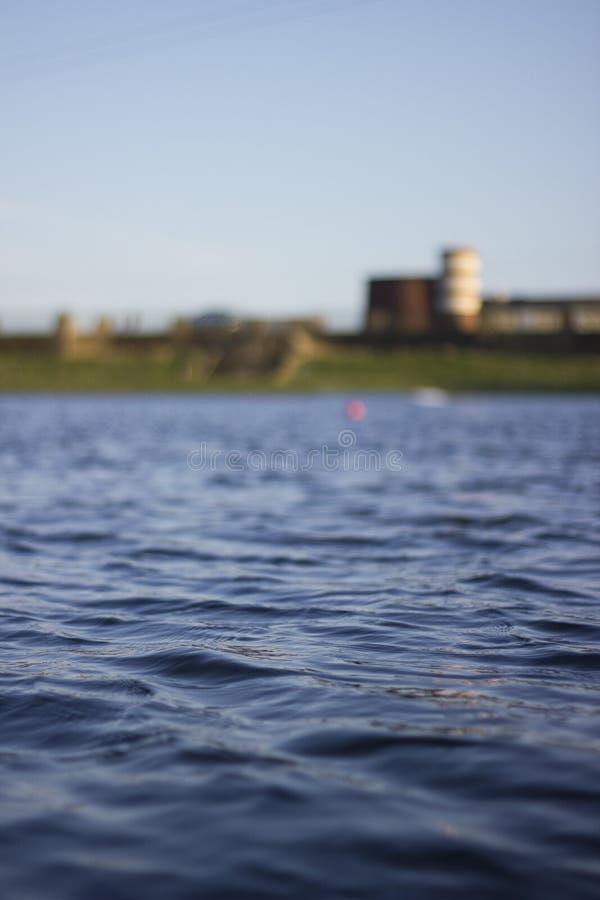 小波纹在清楚的蓝色盐水湖 免版税库存图片