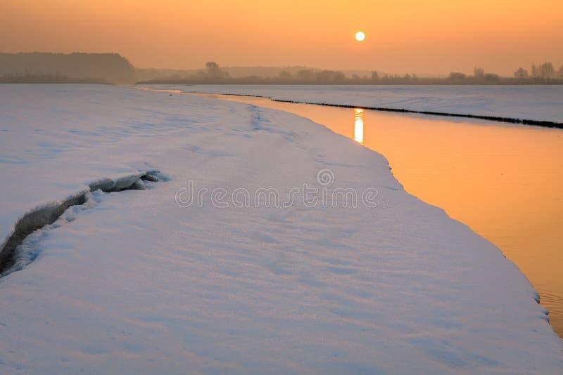 小流动的小河在冬天 库存照片