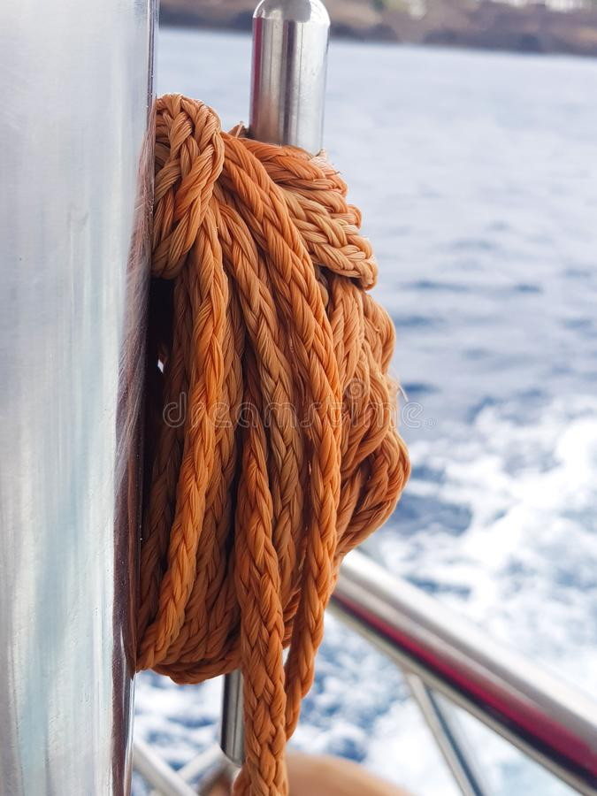 小海湾的细节和对象的缆绳、细节在小船的和蓝色海在背景中 库存照片